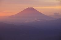 山梨県 朝焼けの富士山と山並み