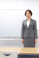 ホワイトボードの前に立つ日本人女性