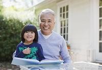 読書をする孫とおじいさん