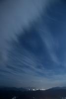 風たなびく夜の空