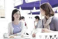 カフェで話す若い日本人女性