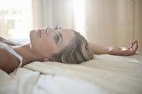 ベッドに横たわる外国人女性