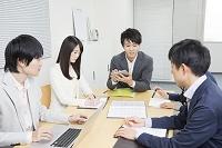 会議中の日本人ビジネスパーソン