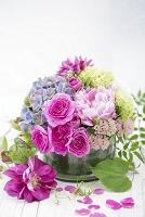 丸いガラスに活けた芍薬とバラのアレンジメント