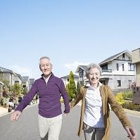住宅街を歩くシニア夫婦