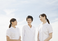 笑顔の医者と看護師