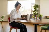 シェアオフィスでノートPCを操作する女性