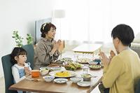 食事をする日本人の家族
