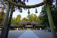奈良県 大神神社の注連柱と拝殿