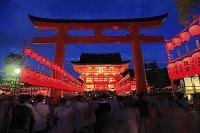 京都府 伏見稲荷大社 宵宮祭で賑わう参道と楼門