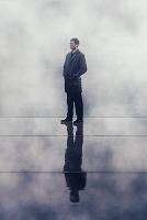 雨に立つ外国人男性