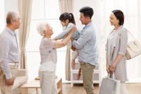 祖父母を訪問する家族