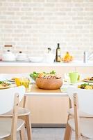 朝食の並ぶ食卓