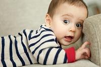 驚いた表情の赤ちゃん