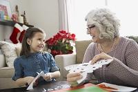 クリスマスを過ごす祖母と孫