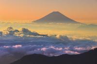 山梨県 北岳山荘から望む夜明けの富士山と雲海の山並み