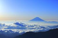 山梨県 北岳山荘から望む朝の富士山と雲海の山並み