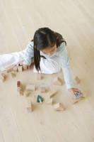 リビングで木のおもちゃで遊ぶ女の子