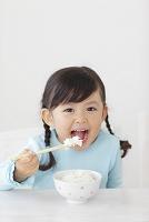 ごはんを食べる日本人の女の子