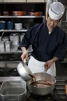 煮魚を作る調理師