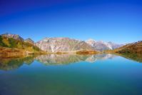 長野県 白馬村 水鏡の八方池と紅葉の白馬連峰