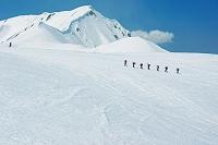 富山県 立山 室堂を行く登山者と奥大日岳