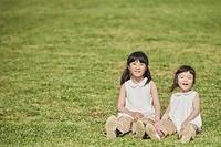 芝生の上でくつろぐ日本人姉妹