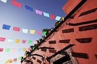 メキシコ 死者の日に飾るカラフルな切り紙の旗
