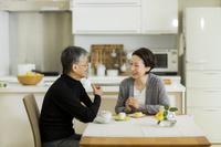 くつろぐ日本人のシニア夫婦