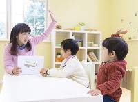 幼児教育をする母と子供