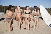 ビーチでおしゃべりする外国人女性グループ