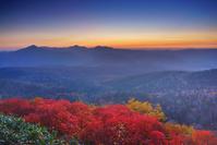 北海道 朝の赤岳第一花園から望むナナカマドの紅葉と武利岳など...
