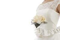 ブーケを持つウェディングドレス姿の日本人女性の手元