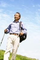 トレッキングするシニアの日本人男性