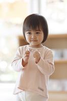お遊戯の練習をする日本人の女の子
