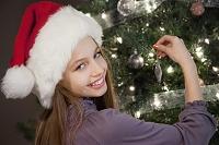 クリスマスの飾りつけをする女の子