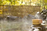 桶と手ぬぐいと紅葉の露天風呂