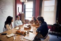 会議室で話し合いをするビジネスチーム