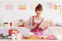 バレンタインのお菓子作りをする女性