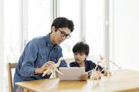 タブレットPCを見る日本人親子