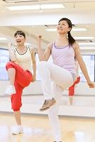 エクササイズをする日本人女性