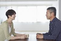 向かい合って座る日本人シニア夫婦