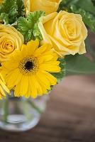 花瓶にいけた黄色の花束