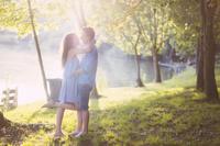 抱きあう若いカップル