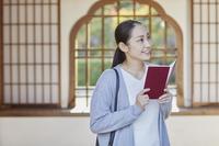 御朱印帳を持つ日本人女性
