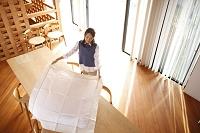 テーブルクロスを敷く日本人女性