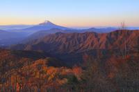 山梨県 雁ケ腹摺山より望む朝日に染まる富士山と山並み
