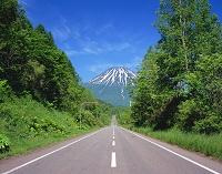 北海道・喜茂別町 一本の道と羊蹄山
