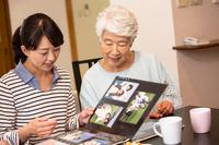 思い出を懐かしむ日本人親子