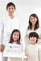建築模型を持っている家族